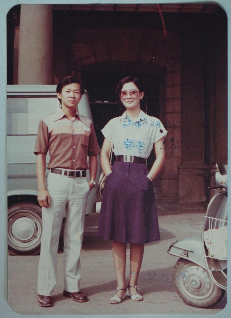台南市府門廊前的詹翹(左)與劉為一(右)。(詹翹提供)