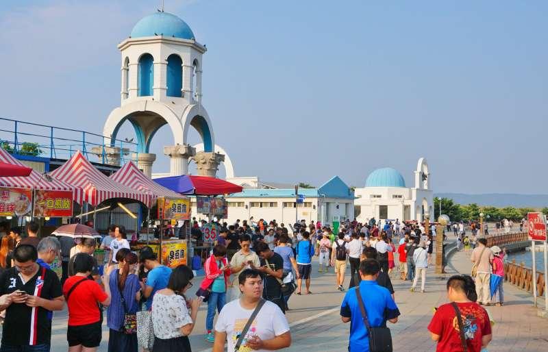 眾多遊客在新竹南寮漁港抓寶可夢(盧逸峰攝)