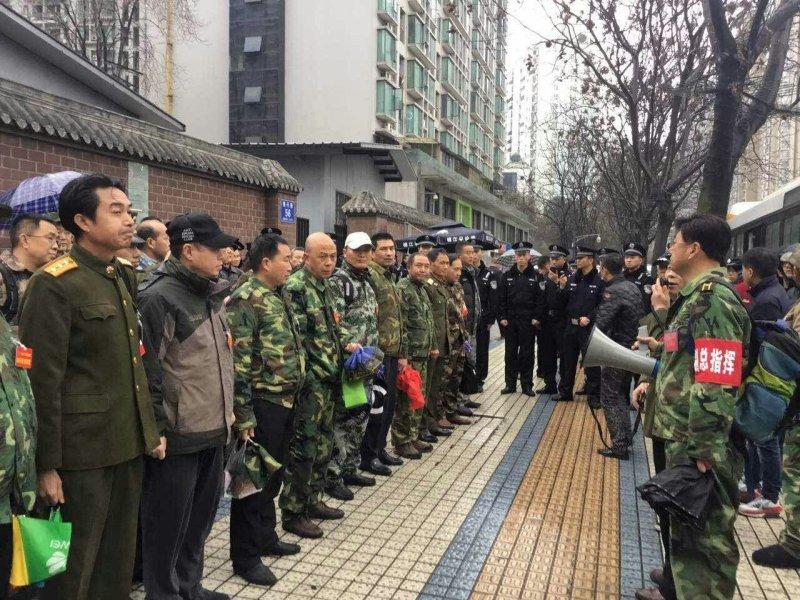 來自中國各地的數千名退役軍人前往北京請願,但傳出遭攔截打傷。(圖/自由亞洲電台)