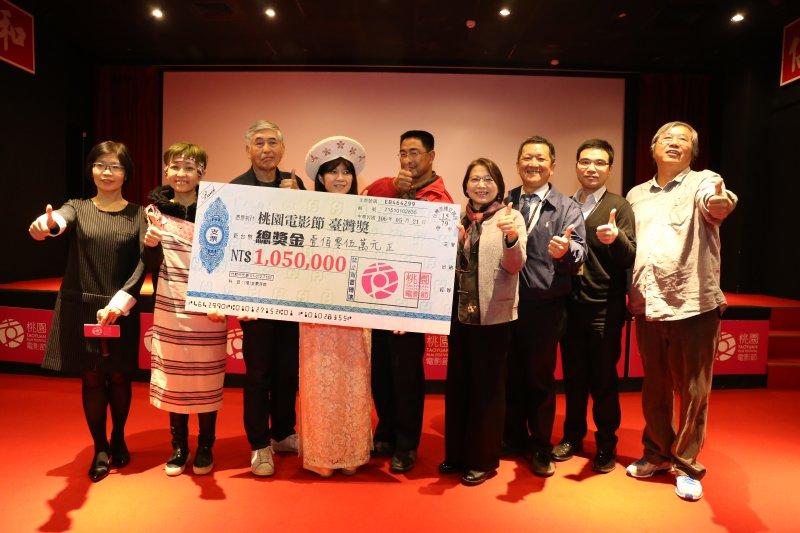 桃園市文化局長和四位代言人共持臺灣獎百萬總獎金支票呼籲大家踴躍參賽。(取自桃園電影節)