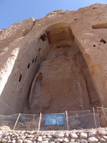 巴米揚大佛被毀後的遺址(Wikipedia/Public Domain)