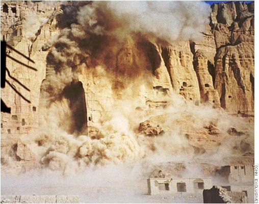 神學士摧毀巴米揚大佛(Wikipedia/Fair Use)