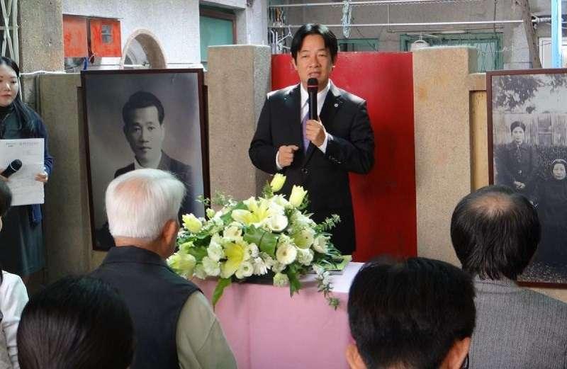 2015年 台南市長賴清德為湯德章故居舉行掛牌儀式。並將他遇難的日子—3月13日,訂為臺南市正義與勇氣紀念日。(台南市政府官網)