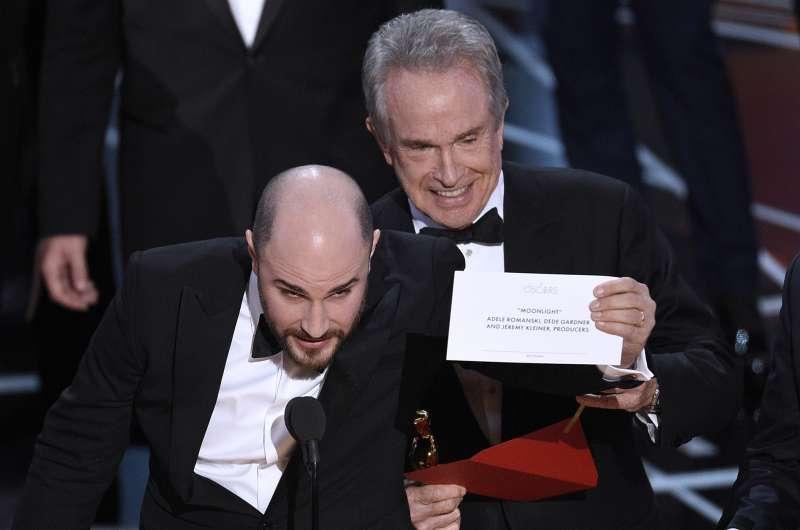 《樂來樂愛你》製作人之一的喬登赫洛威茲(左)從頒獎人華倫比提(右)手中拿過正確的得主名單:《月光下的藍色男孩》(AP)