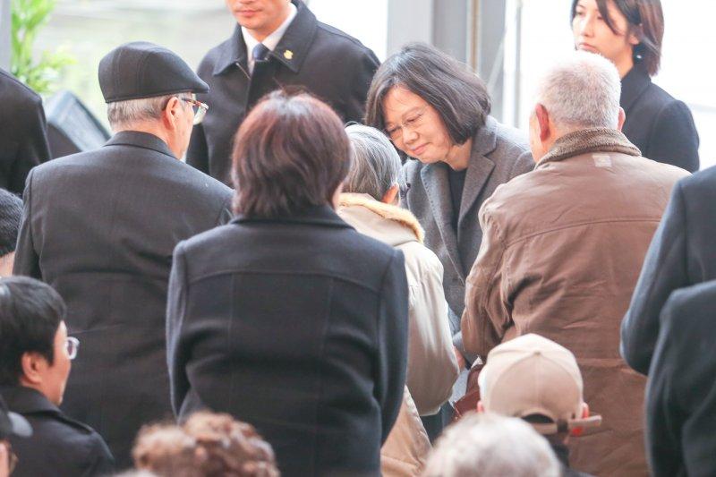 20170228二二八中樞紀念儀式.總統蔡英文向受難家屬握手致慰意(陳明仁攝)