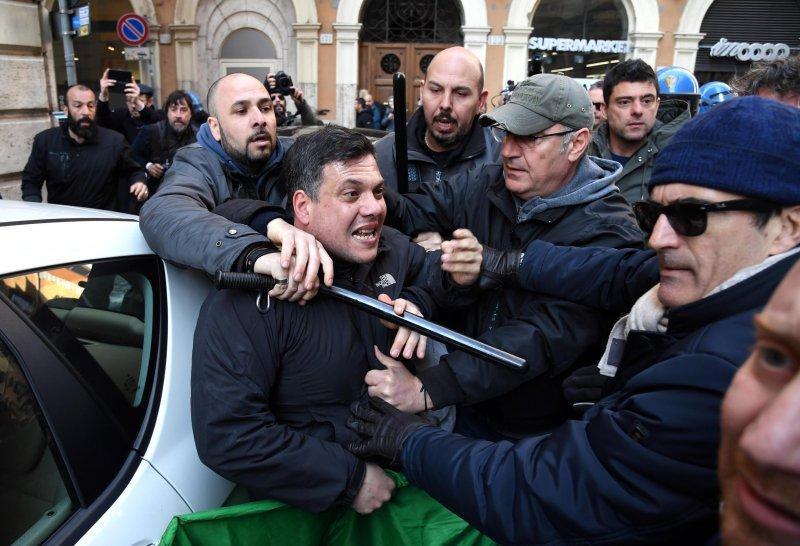 Uber在全球引起不少法律糾紛,圖為義大利計程車業者向政府抗議。(AP)