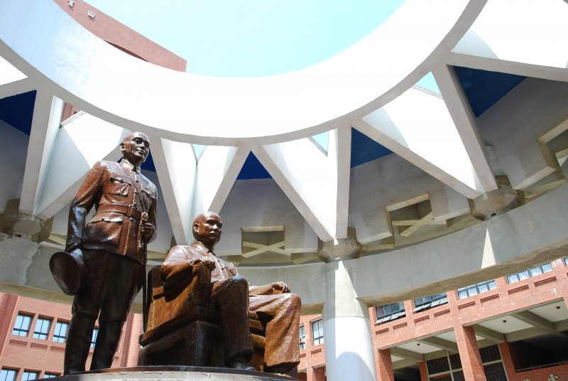 校園內的蔣介石銅像存廢問題爭議不斷,每年適逢228日紀念事件,銅像也會被做出潑漆、破壞等舉動以示抗議。(取自中山大學官網)