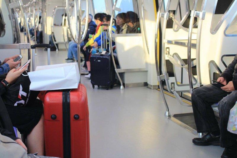 機場捷運中壢環北站往機場方向,雖然行李架有位子,但是旅客仍選擇將行李放置腳邊。(方炳超攝).jpg