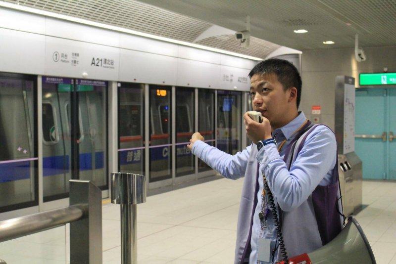 cr機場捷運正式營運首日,機捷派出不少人員疏導解決疑難雜症。(方炳超攝).jpg