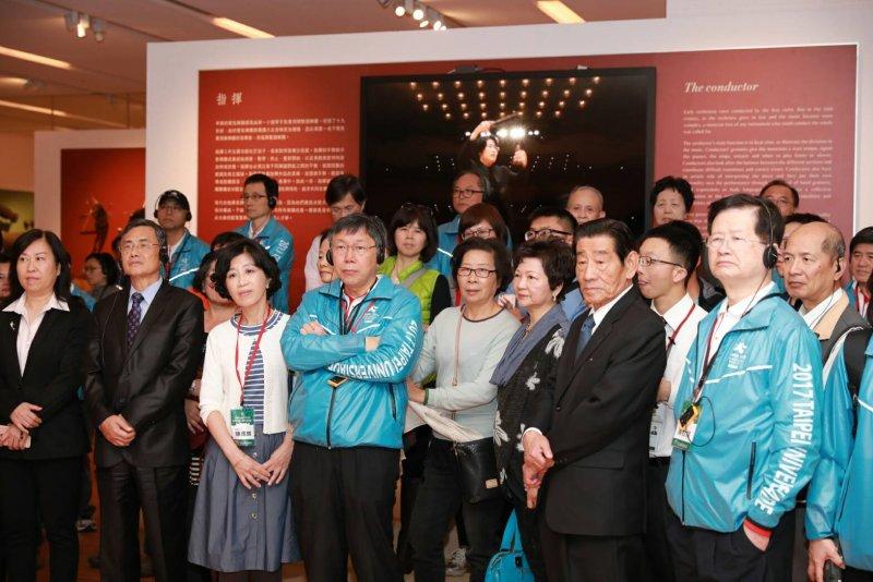 臺北市長柯文哲參觀《紙上奇蹟-摺紙藝術與科學》特展。〈取自台北市政府〉