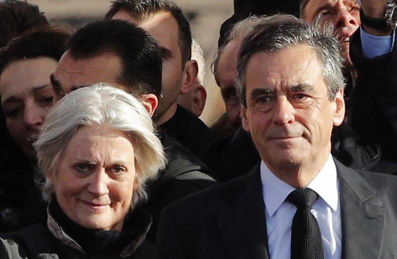 法國總統候選人費雍涉嫌為妻子潘妮洛普虛設議員助理職領取高薪,引發「乾薪門爭議」。(美聯社)