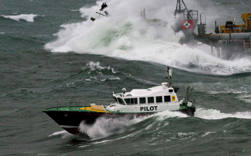 就算海浪高過船身,引水人還是不能因懼怕而怠忽職守。 (圖片來源/方信雄提供)