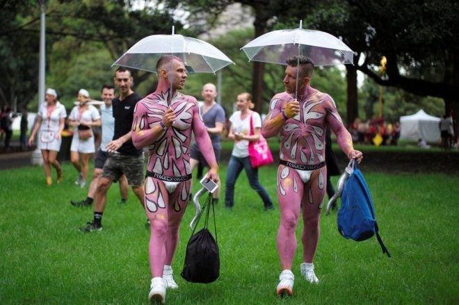 遊行活動開始前的雨水險些讓人們擔心狂歡節的熱烈氣氛會受影響,但雨不久就停了。(BBC中文網)