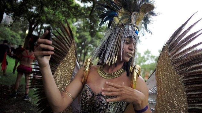 參加狂歡遊行的人們絞盡腦汁裝扮自己。(BBC中文網)