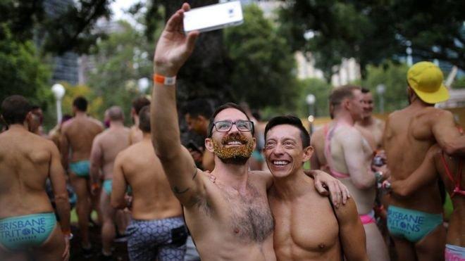 手機自拍肯定是狂歡節上少不了的內容。(BBC中文網)