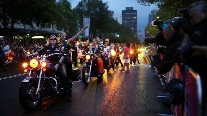 狂歡遊行由摩托車隊開道。(BBC中文網)