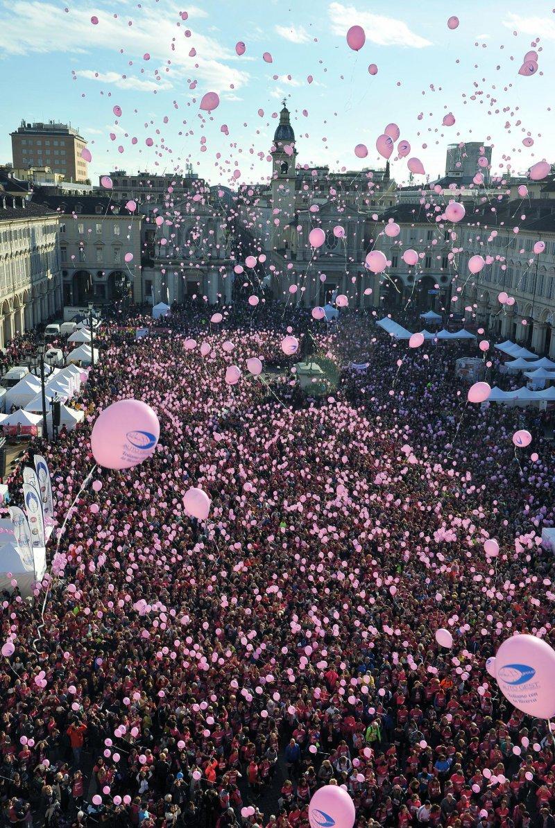 義大利女性走上街頭,除了為女性爭取權益,也希望政府重視家庭暴力的問題。(美聯社)