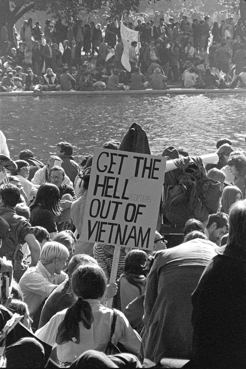 美國國內反對越戰的民眾高舉著「滾出越南」的標誌。(wikipedia/public domain)