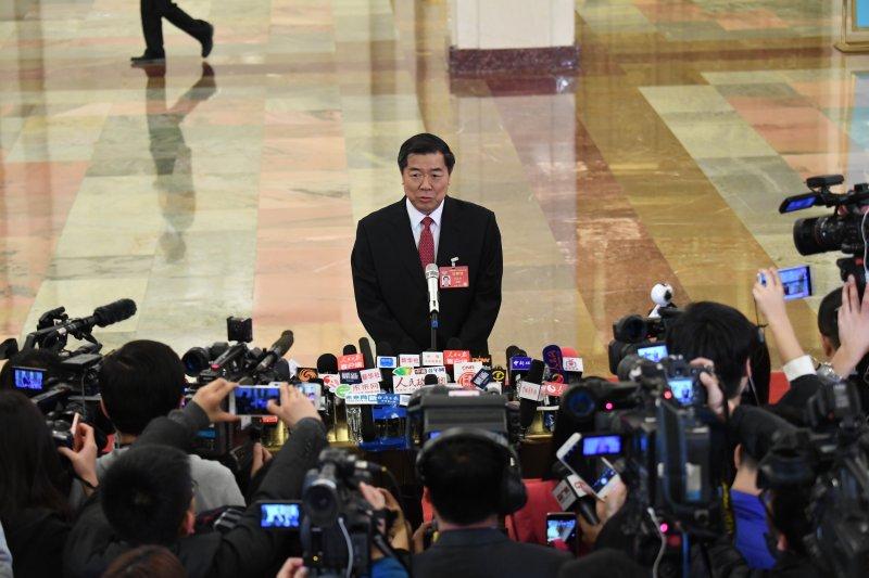 中國兩會,第十二屆全國人民代表大會第五次會議3月5日在北京人民大會堂開幕。這是國家發展和改革委員會主任何立峰接受採訪。(新華社)