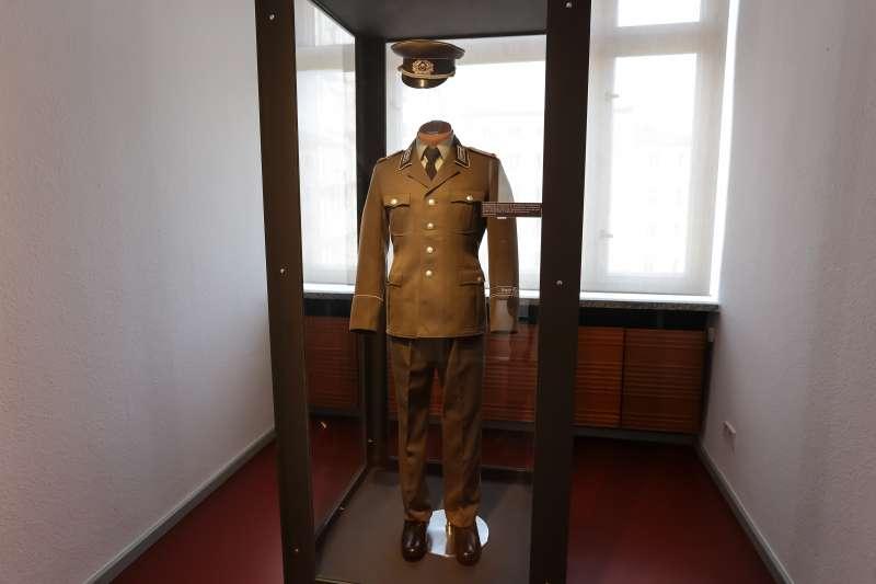 20170309-德國綠能專題,德國柏林史塔西博物館(STASI MUSEUM),東德國家安全部軍官服裝。(顏麟宇攝)