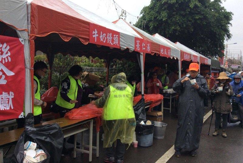 沿途都有政府府單位或政治人物提供茶水,下雨天,在苑裡鎮公所的點心站,吃到了熱騰騰的綠豆湯和薏仁湯。(寇延丁提供)