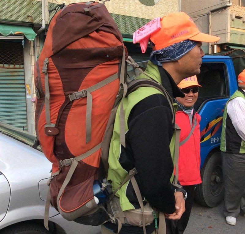 這位兄台十七點五公斤的行李,一路走下去。(寇延丁提供)