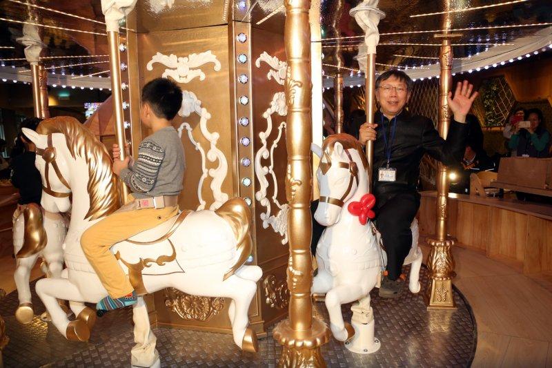 柯文哲親自體驗親子餐廳設施,坐上旋轉木馬。 (取自台北市政府新聞稿)