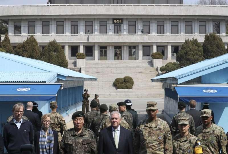 美國國務卿提勒森訪問南韓,17日飛抵板門店兩韓非軍事區(AP)