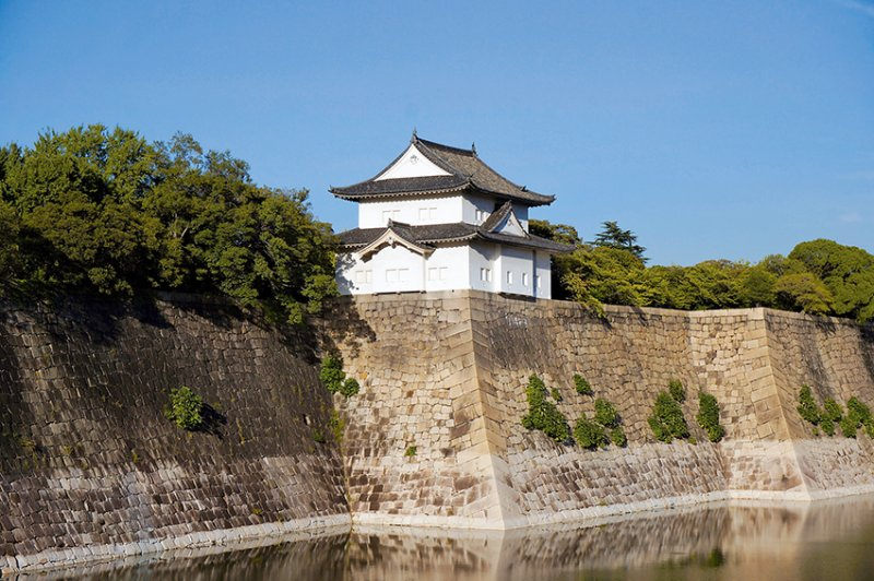 六番櫓與水壕溝,雖然天守閣是昭和時代興建的,但這座六番櫓則是江戶時代的老建築,其他保留到今天的,還有一番櫓、千貫櫓和乾櫓等建築。(圖/山岳文化提供)