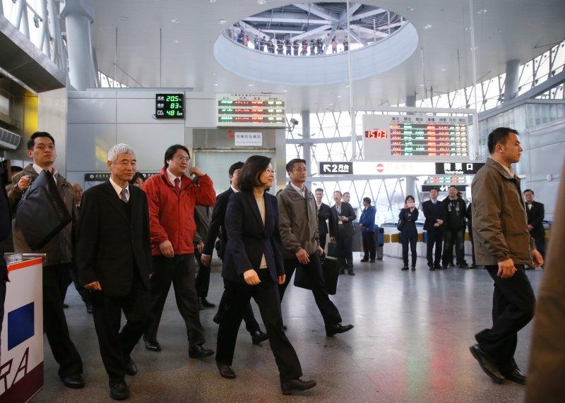 總統蔡英文今(17)日前往基隆火車站視察,並且宣布將斥資70億元,建設基隆到南港間的捷運輕軌系統,預計2022年通車。(總統府提供)
