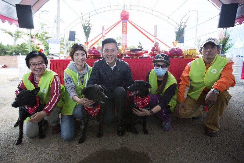 1060320-新竹市長林智堅親自為3隻流浪狗榜上有名字的紅領巾,希望他們可以盡快找到認養牠們的主人。(新竹市政府提供)