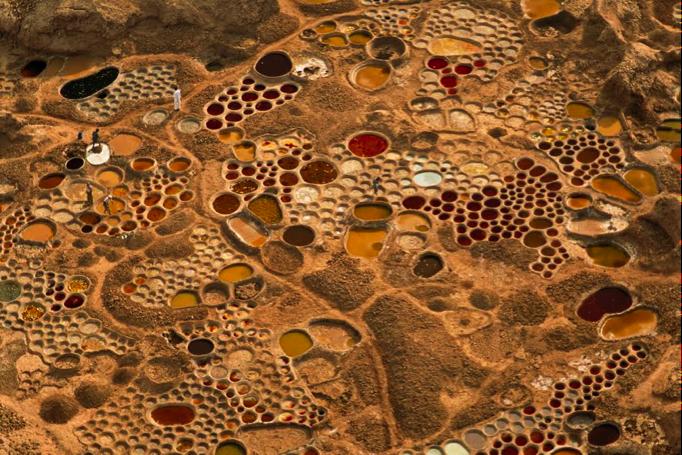 尼日的阿德拉爾鹽泥池,鹽漬土與水混合形成彩色泥漿,彷彿「沙漠中的馬賽克拼貼畫」。(圖/史坦梅茲攝影,國家地理雜誌提供)