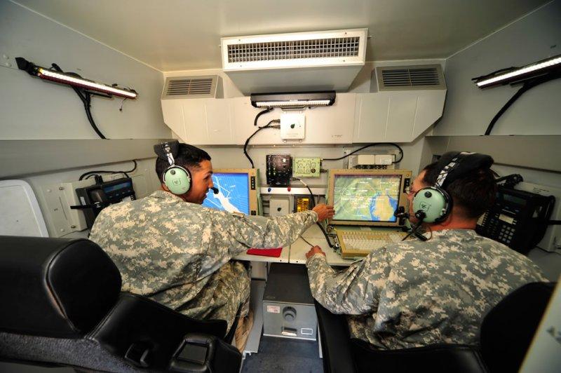 薩德反飛彈系統的射擊指揮車內景象。