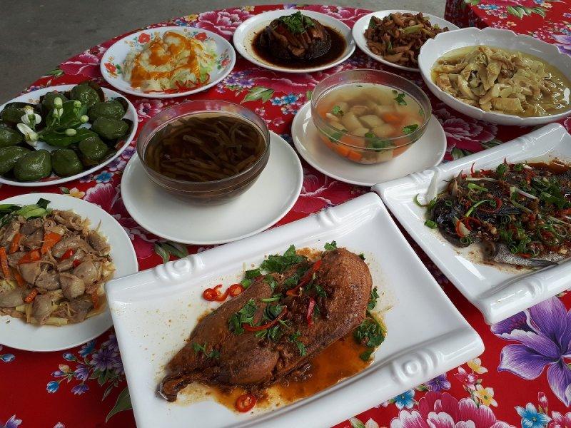 「品香柚花宴」以當地材入菜,色香味俱全。(圖/許占鳳攝)