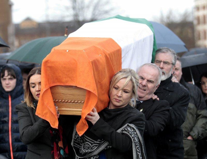 麥吉尼斯的靈柩已回到家鄉。(美聯社)