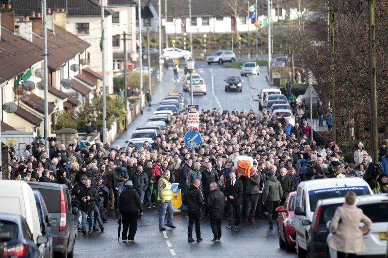 麥吉尼斯的靈柩已回到家鄉,許多民眾湧出迎接。(美聯社)