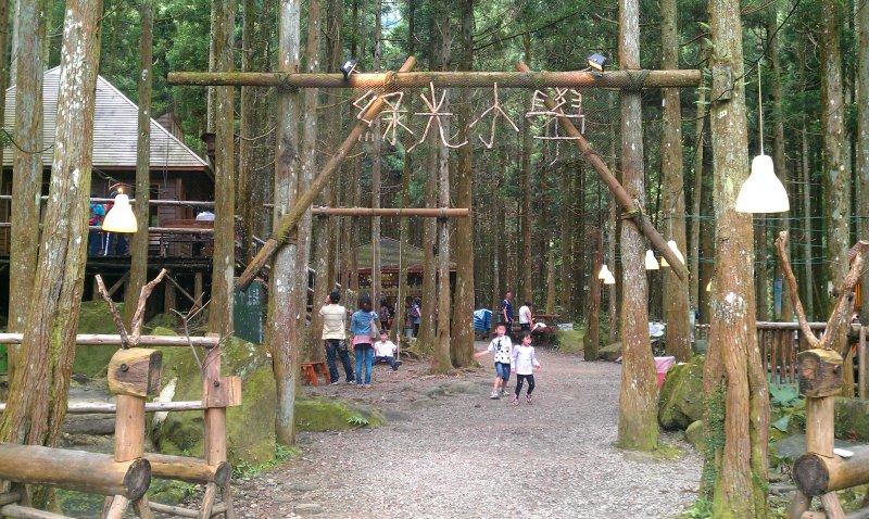 馬武督探索森林中的綠光小學,曾是偶像劇取景地點。(圖/Tzuhsun Hsu@flickr)