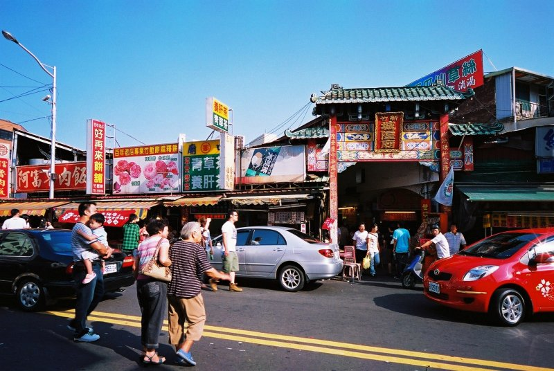 新竹都城隍廟,參拜廟宇外周邊小吃也值得品嘗。(圖/chia ying Yang@flickr)