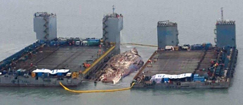 2014年4月16日沉沒的南韓渡輪「世越號」,3月23日終於被打撈出海面。(美聯社)