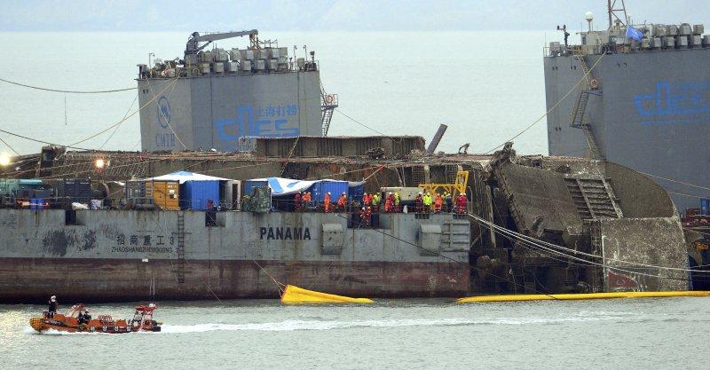 2014年4月16日沉沒的南韓渡輪「世越號」,2017年3月24日被打撈出靠岸所需高度,即露出水面的船體高度達到13公尺。(美聯社)