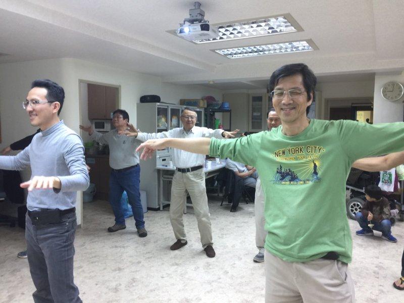 20170324-天如專題-育有一對罕病兒女的巫錦輝(右著綠衣者)正是「不落跑老爸俱樂部」的發起人。(罕病基金會提供)