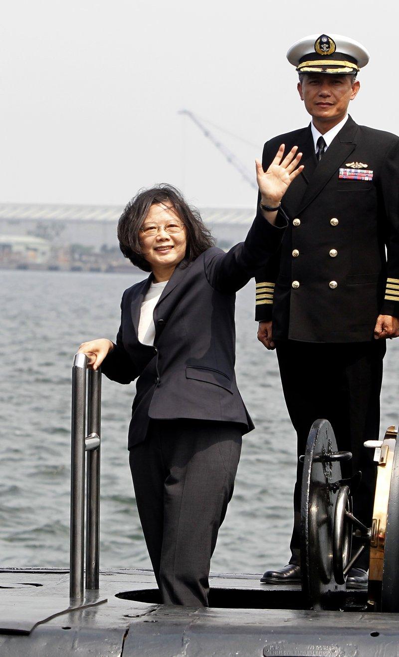 蔡英文總統21日到左營海軍基地,參加敦睦遠航訓練支隊啟航(AP)