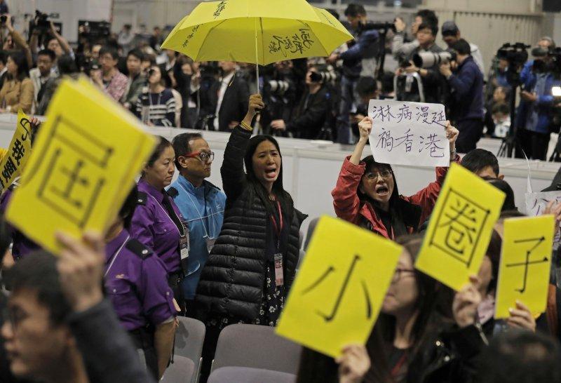 2017香港特首選舉26日投票,林鄭月娥最被看好,但許多香港本土派民眾認為她是北京的傀儡,在會場內抗議(AP)