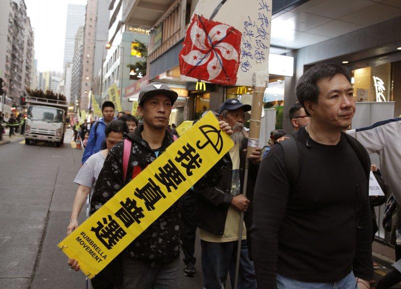 2017香港特首選舉26日投票,許多市民上街要求下屆特首應改為全民普選(AP)