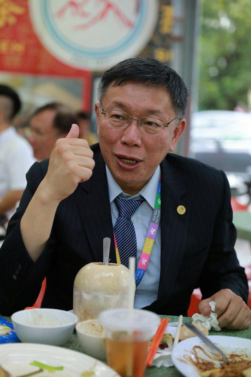 台北市長柯文哲25日扺達吉隆坡,並品嘗了知名的肉骨茶。(台北市政府提供).jpg