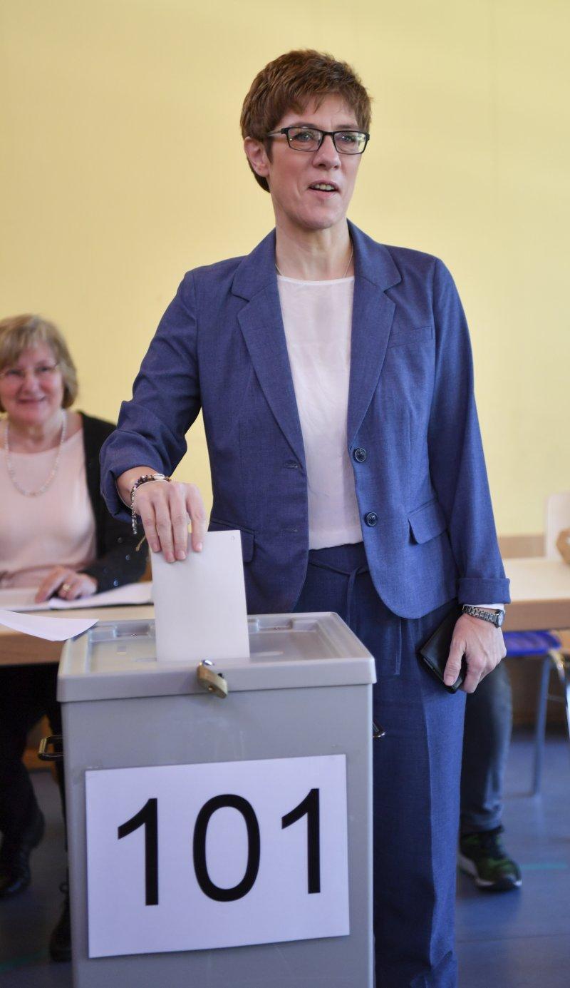 克拉姆普.卡倫鮑爾26日現身投票(AP)