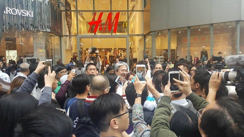 不少特首選舉期間的香港民意調查都反映曾俊華的支持度遠超對手胡國興和林鄭月娥,但最終落敗而回。圖為他到鬧市宣傳時許多市民主動要求與他合照。(攝影/黃樂祈)