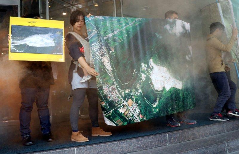 20170328-環保團體前往台北遠企中心前抗議亞泥太魯閣炸山,煙霧代表炸山煙霧。(蘇仲泓攝)
