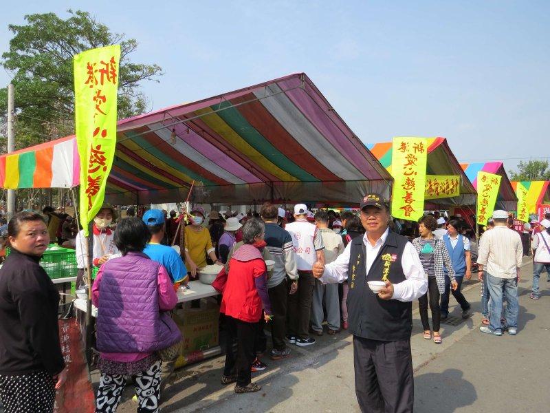 顏清標感謝30年來新港鄉親很熱心的準備糧食、住所給信眾們休息。〔圖/謝敏政攝〕