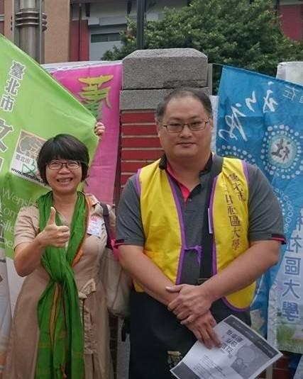 2016年社大全國研討會在屏東舉辦時鄭秀娟(左)與李明哲的合影。(鄭秀娟臉書提供)